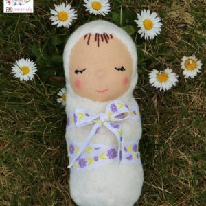kuklínek s parádní mašlí, miminko z biobavlny a vlny, látková ručně šitá panenka, ekopanenky, panenky s duší, Tereza Jarošová
