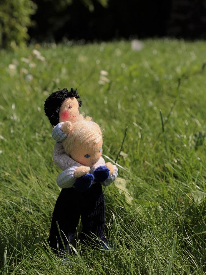 Panáček tatínek do domečku na hraní 14 cm s klukem na zádech - ekopanenky