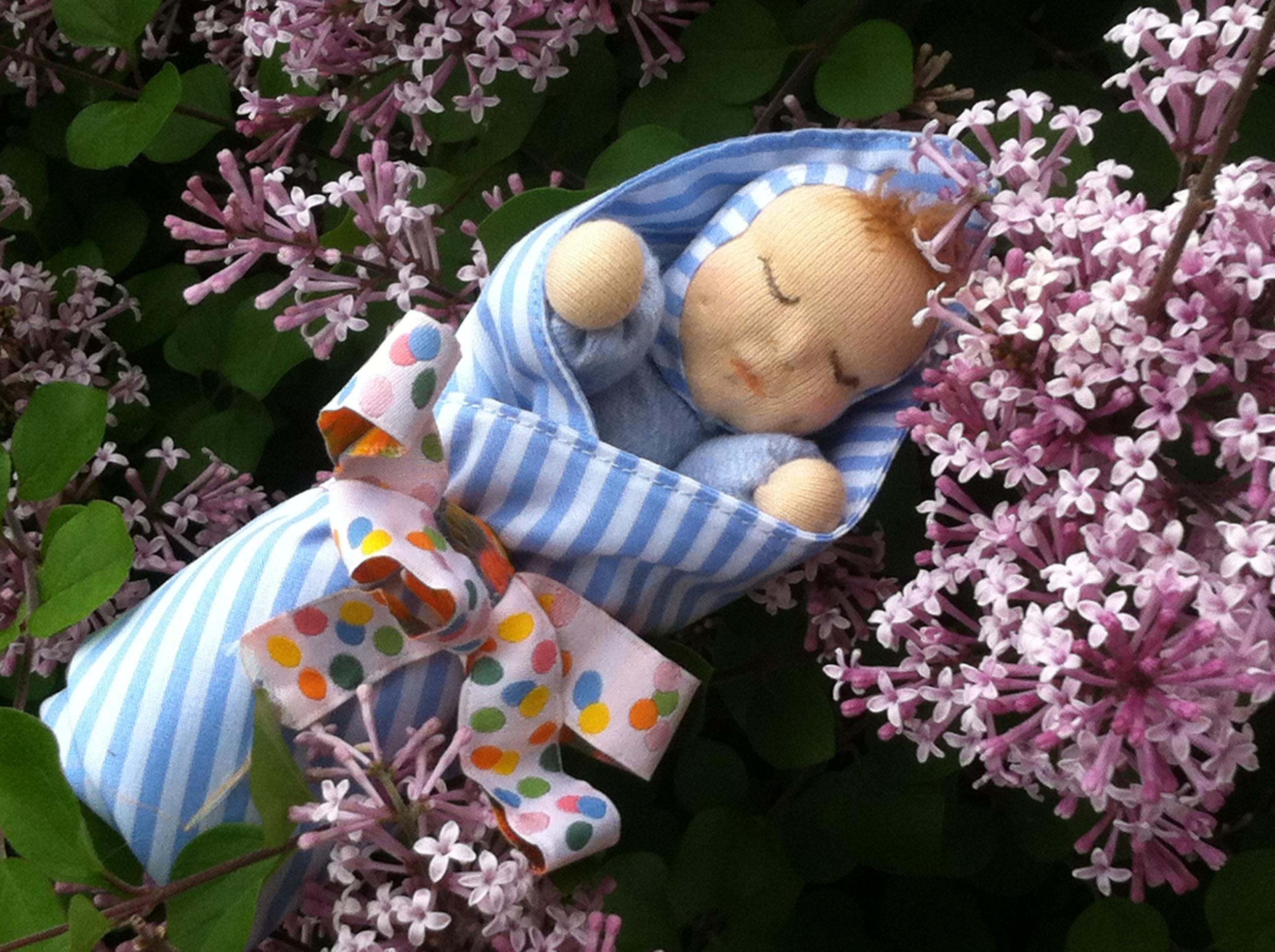 miminko, které spí, maličká panenka jako dárek