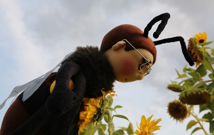 Letící včela - zakázková panenka ekopanenka