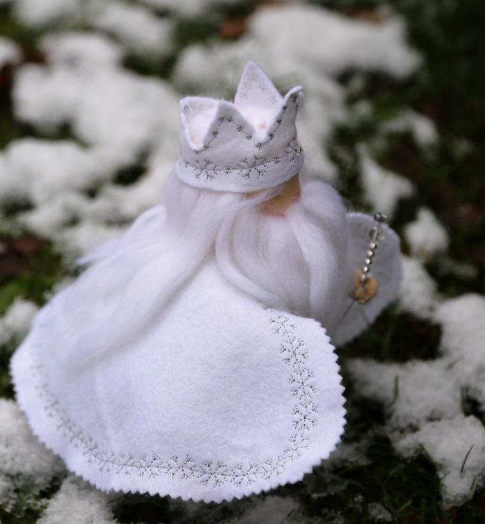 Zimní král detail výšivky