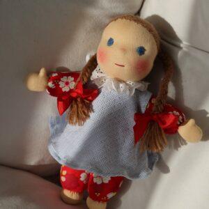 Ručně šitá waldrofská panenka