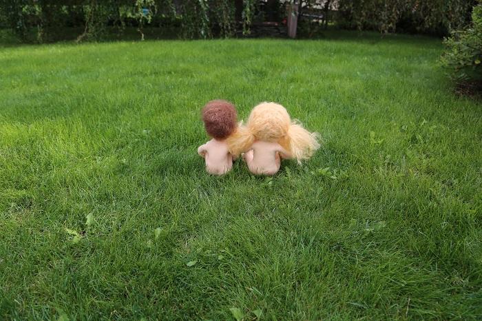 čekání na obléčo, ručně šité panenky sedí nahaté v trávě. Ekopanenky