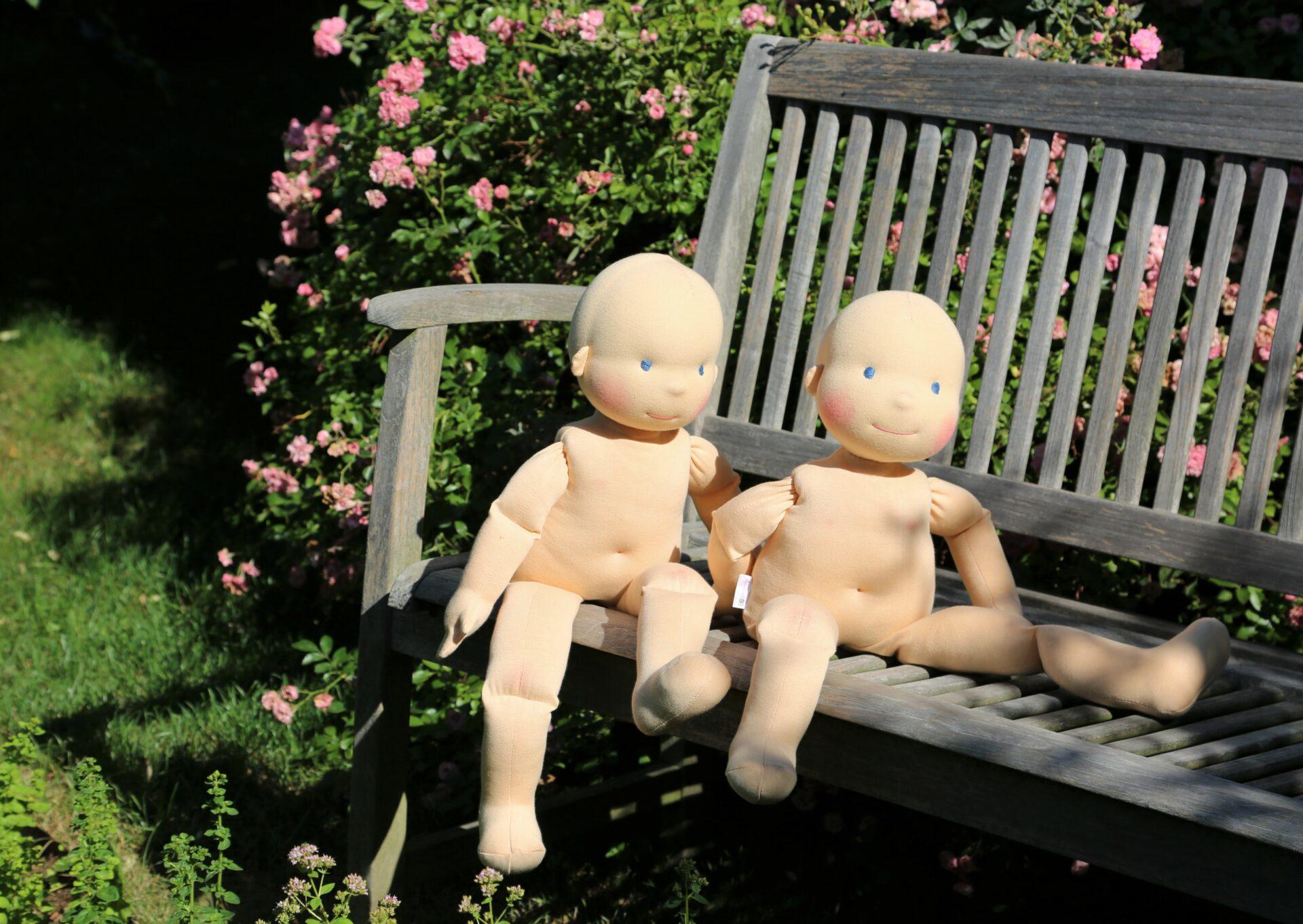 Demo figuríny na lavičce, ekopanenky