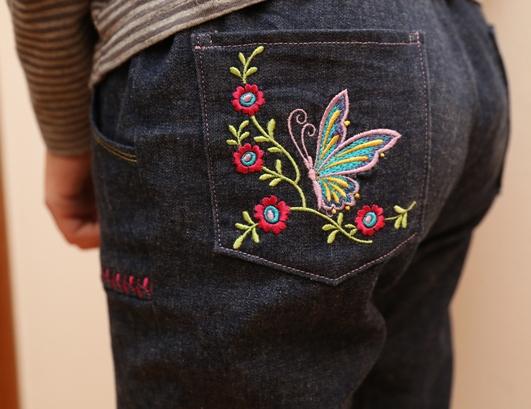 detail zadní kapsy s výšivkou motýla - kalhoty s motýlky