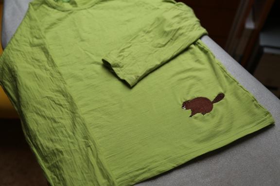 Výšivka bobra na elastický úplet naostro.