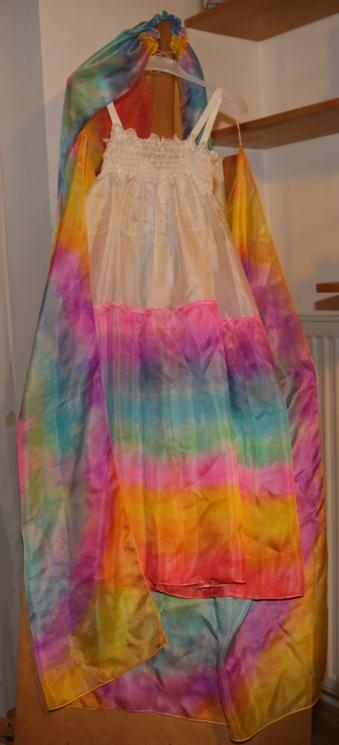 duhové hedvábné šaty