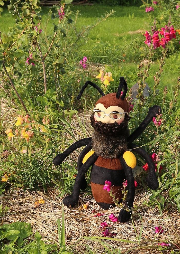 Pan Včela má hustý plnovous a brýle