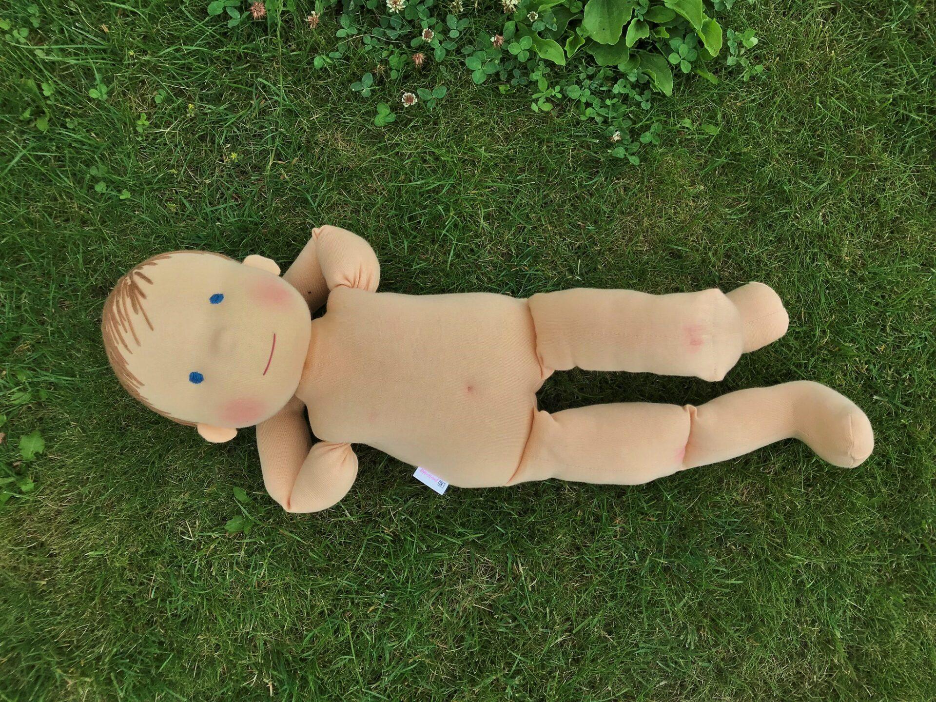 60 cm vysoká panenka při poležení v trávě