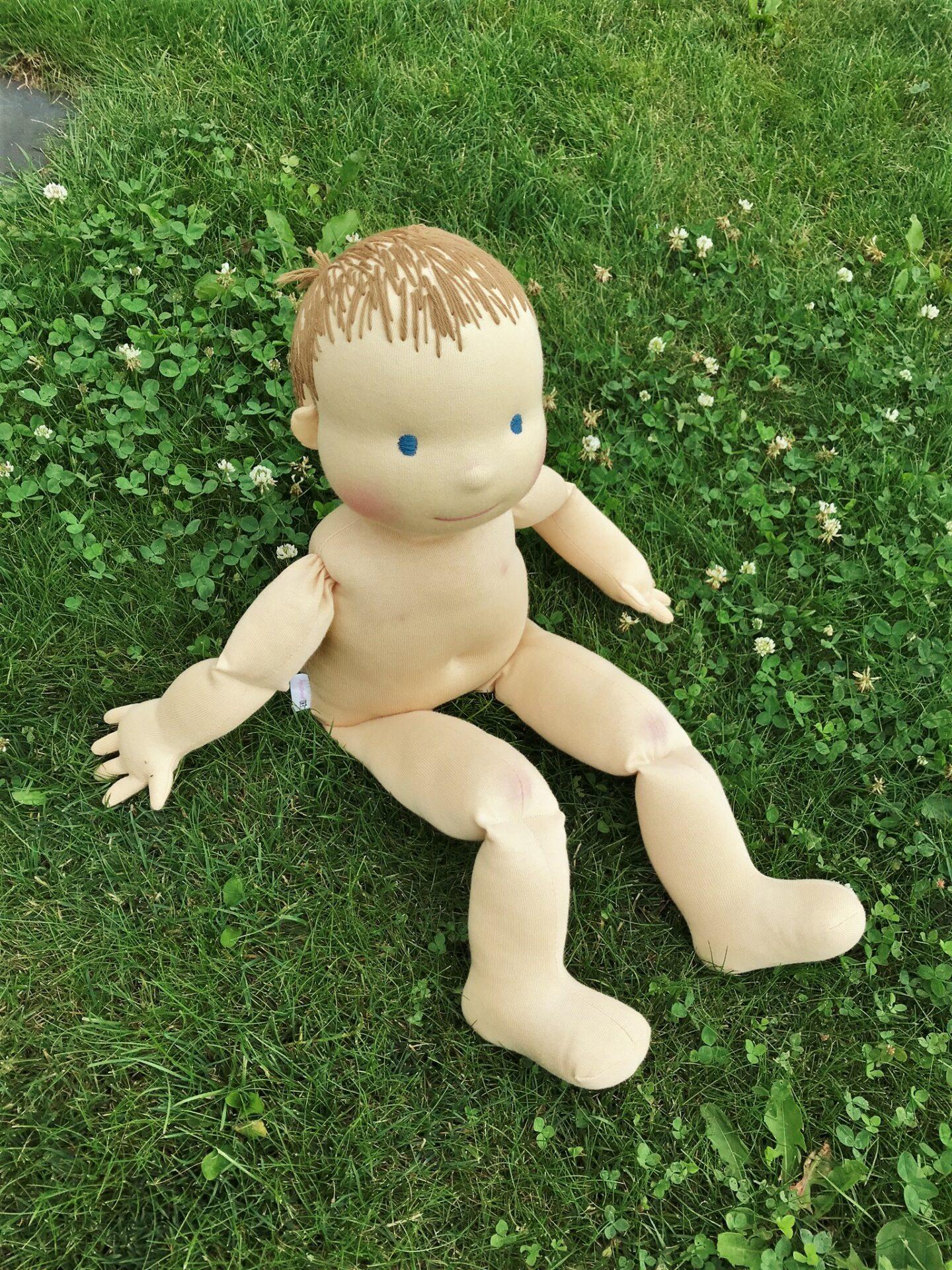 Demo figurína si hoví v trávě