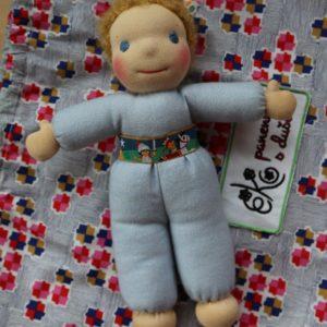 Mazlinka s neutrálními vlásky, waldrofská ručně šitá panenka