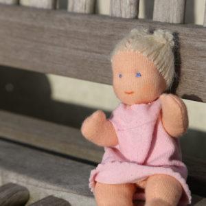 Maličká kloubová waldrfská panenka