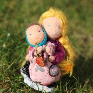 ručně šitá malá panenka do domečku na hraní