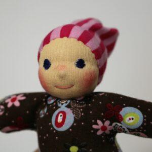 detail ručně šitá panenka s čepičkou