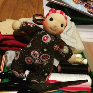 panenka v krabičce s pomůckami
