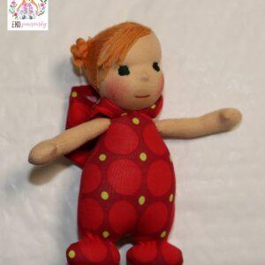 Měkká panenka z biobavlny s vyšitými vlásky a kapuckou