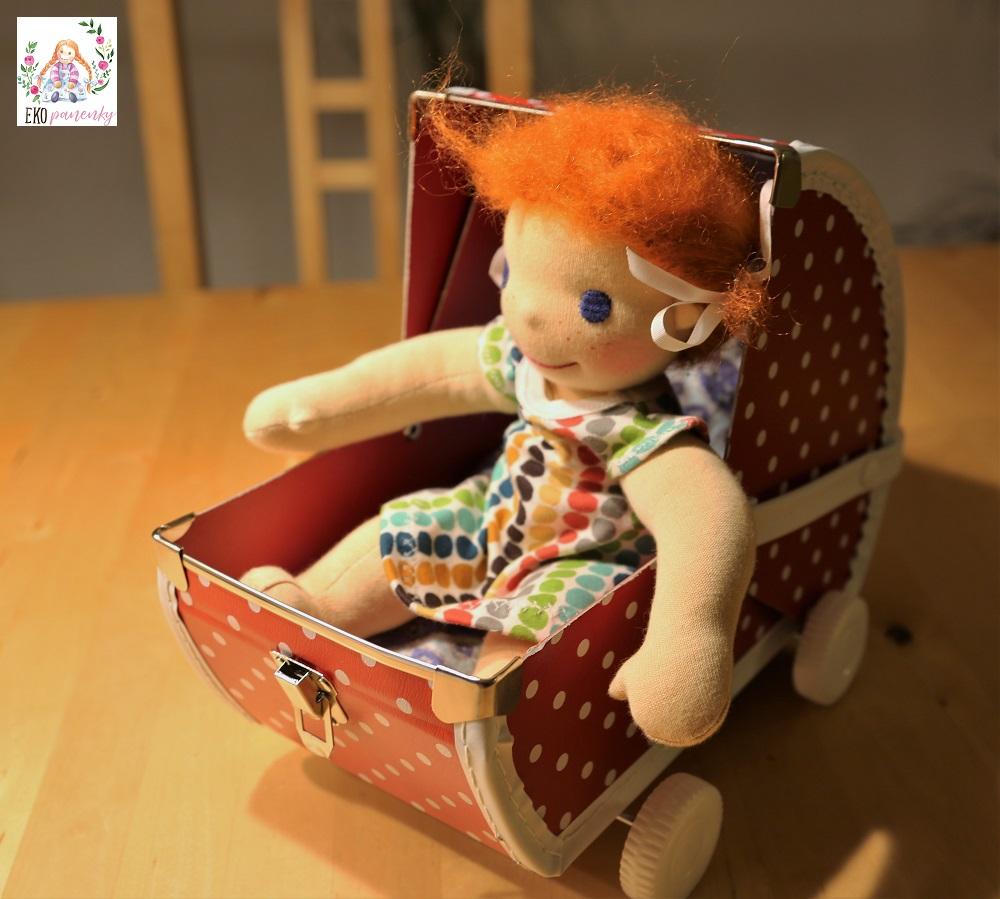 Panenka Zrzečka v kočárku, dva copánky, mohérové vlásky, waldorfská panenka, kufříkový kočárek, puntíky, ekopanenky
