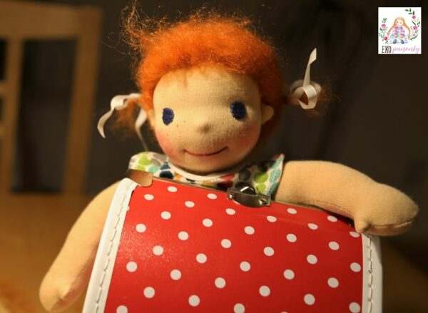 Zrzečka vykukuje přes kočárek, waldorfská panenka, ručně šitá panenka, ekopanenky