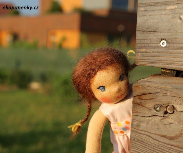 Malá panenka vykukuje zpoza rohu, ekopanenky