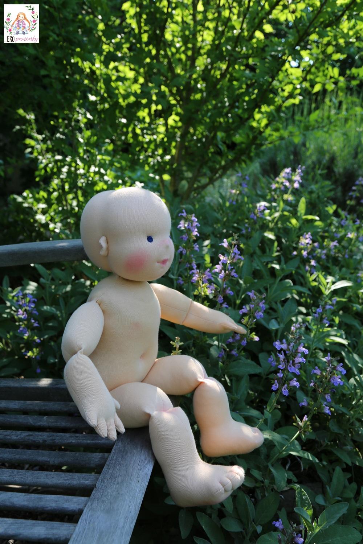 Demo panenka je holčička a umí sama pěkně sedět. 60 cm vysoká demonstrační figurína ručně šitá. Ekopanenky.cz