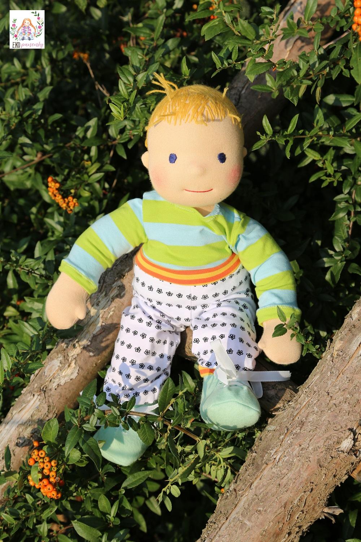 batole kluk panenka v biobavlně na žebříku