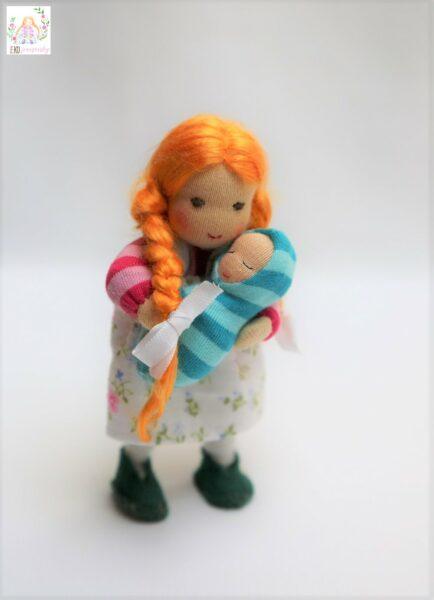 ohebná panenka do domečku na hraní