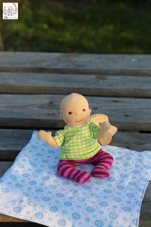 Waldorfská panenka miminko v tričku a punčocháčkách, ekopanenky