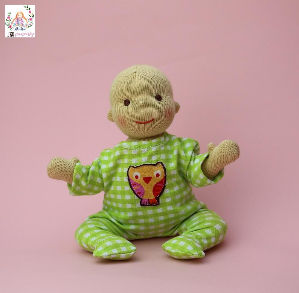 Kapesní miminko v zeleném overalu se sovou, waldorfská panenka ručně šitá plněná vlnou, ekopanenky.cz