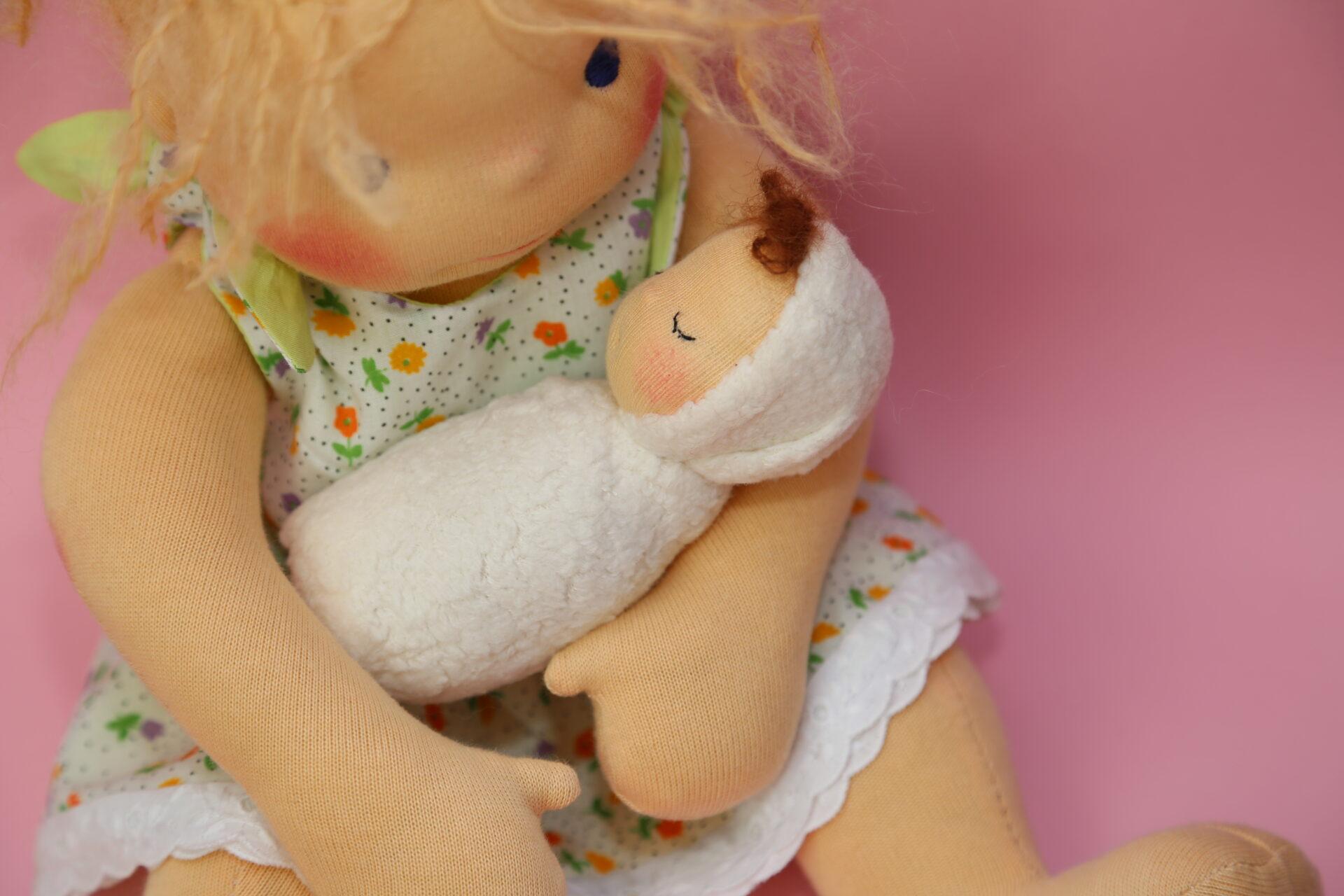 waldorfská panenka s malou panenkou v náručí, panenky s duší, ekopanenky