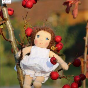 waldorfská panenka v nových šatech, podzimní fotografie. ekopanenky