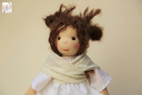 Neučesaná učesaná je panenka, která připomíná Ronju. Waldorfská romantická panenka, ekopanenky.cz