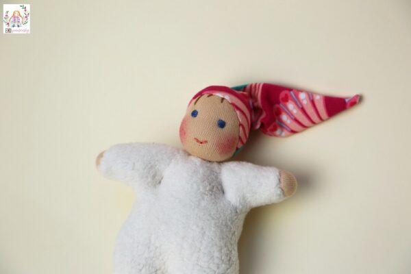 Skřítková holčička s čepičkou s pávy, waldorfská panenka