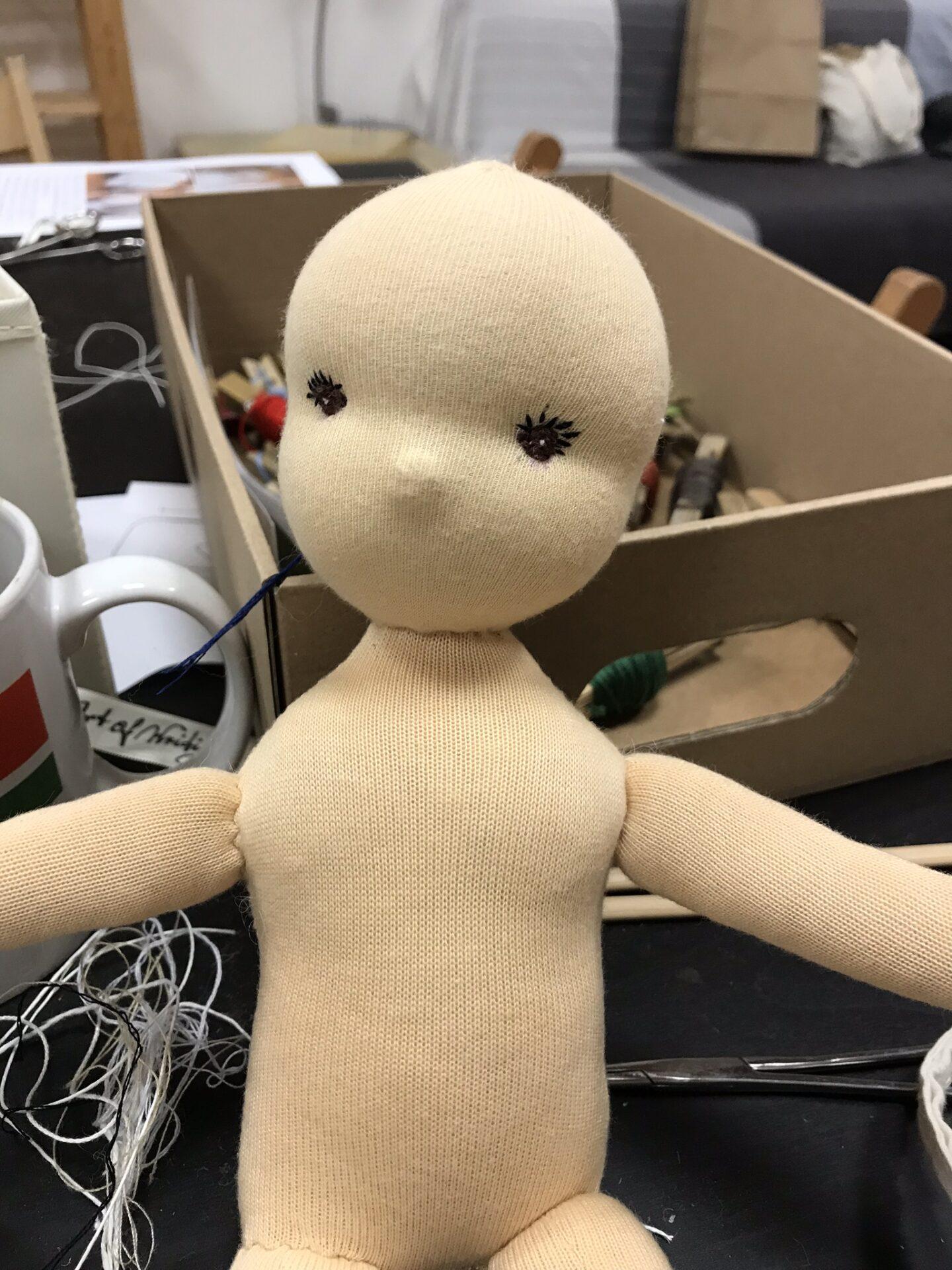 rozpracovaná panenka na kurzu šití panenek, ohlédnutí za listopadovým kurzem 2018