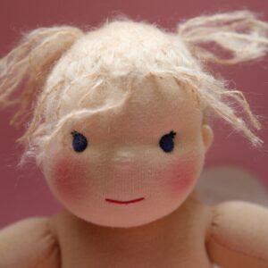 Látková panenka (holčička batole) s vyšívanými mohéroými vlásky. Ekopanenky