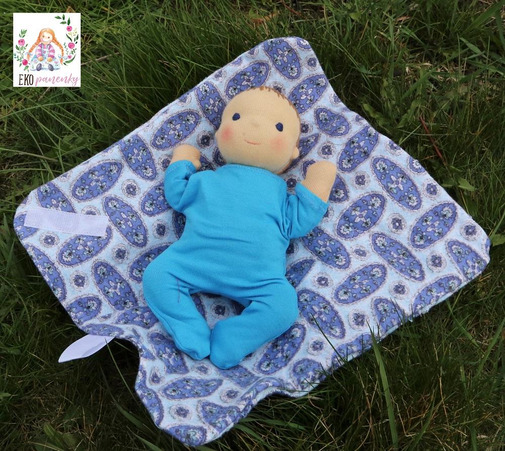 vlasaté miminko na dece v trávě, látkové miminko do kapsy