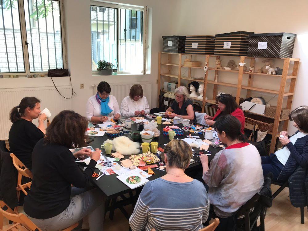 Jak šít panenku - pohodová atmosféra na kurzu šití panenek pro začátečníky v Praze, v září 2019
