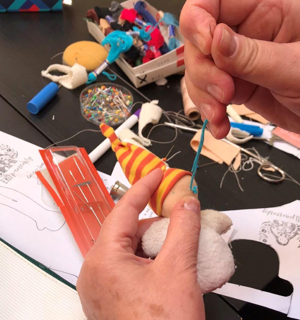 Jak šít panenku - nejprve je dobré začít malým skřítkem. Kurz šití panenek pro začátečníky září 2019