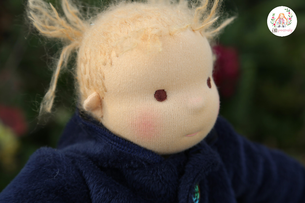 Batolecí holčička s jemným chmýřím na hlavě, ručně šitá panenka plněná ovčí vlnou, střih na panenku, látková panenka, ekopanenky