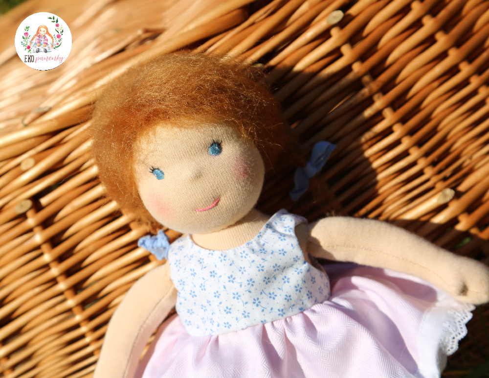 modré mašle a narezlé vlásky, něžná waldorfská panenka