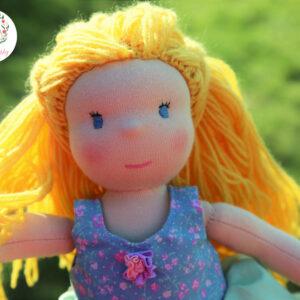 waldorfská panenka s dlouhými vlněnými vlásky