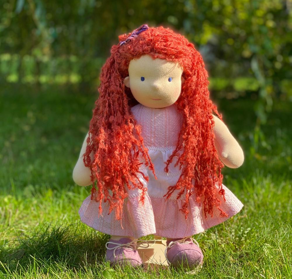 velká textilní waldorfská panenka s rudými vlasy