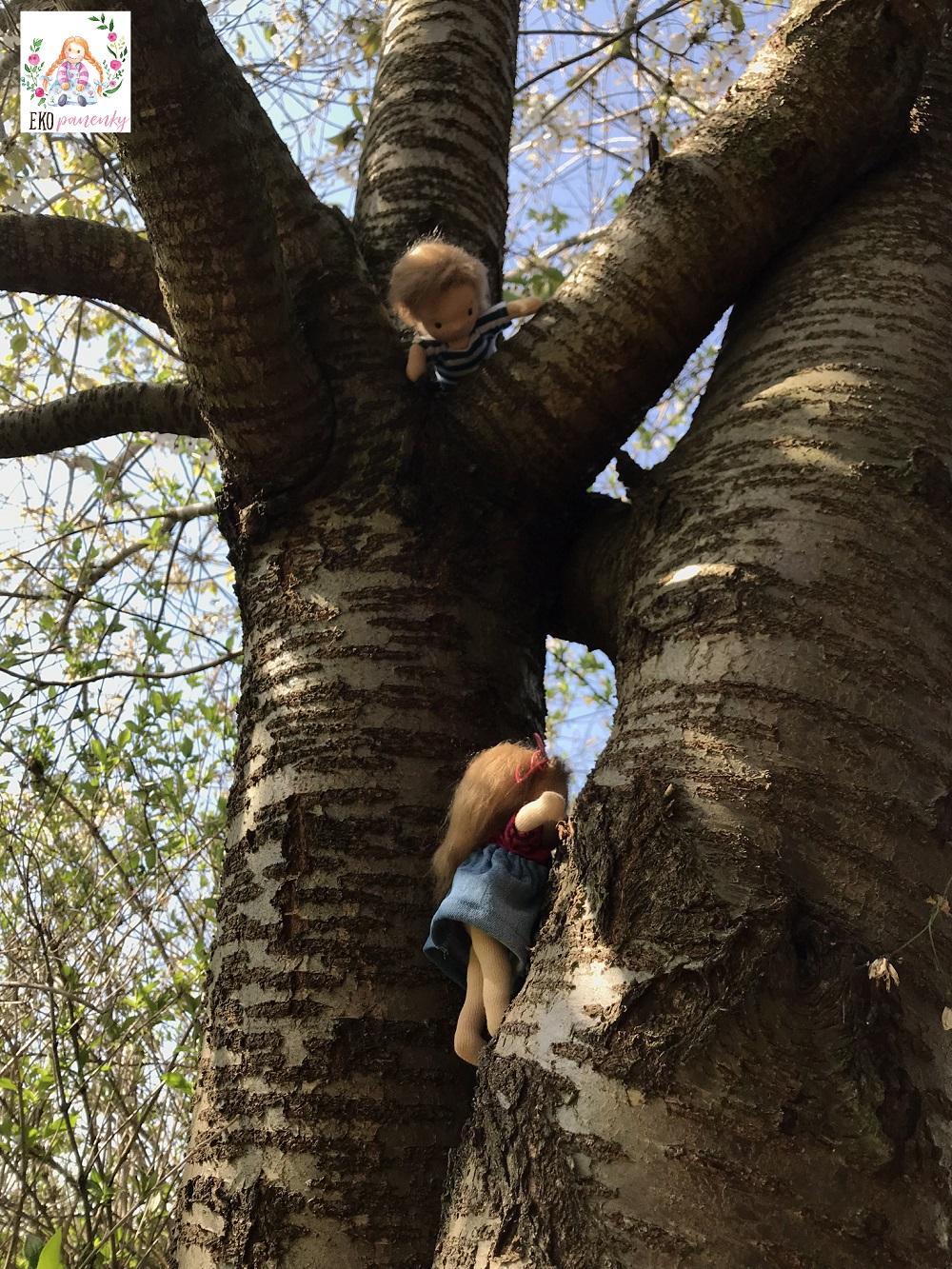 sourozenci do kapsy, malé ručně šité panenky z přírodních materiálů lezou po stromě, ekopanenky, panenky s duší