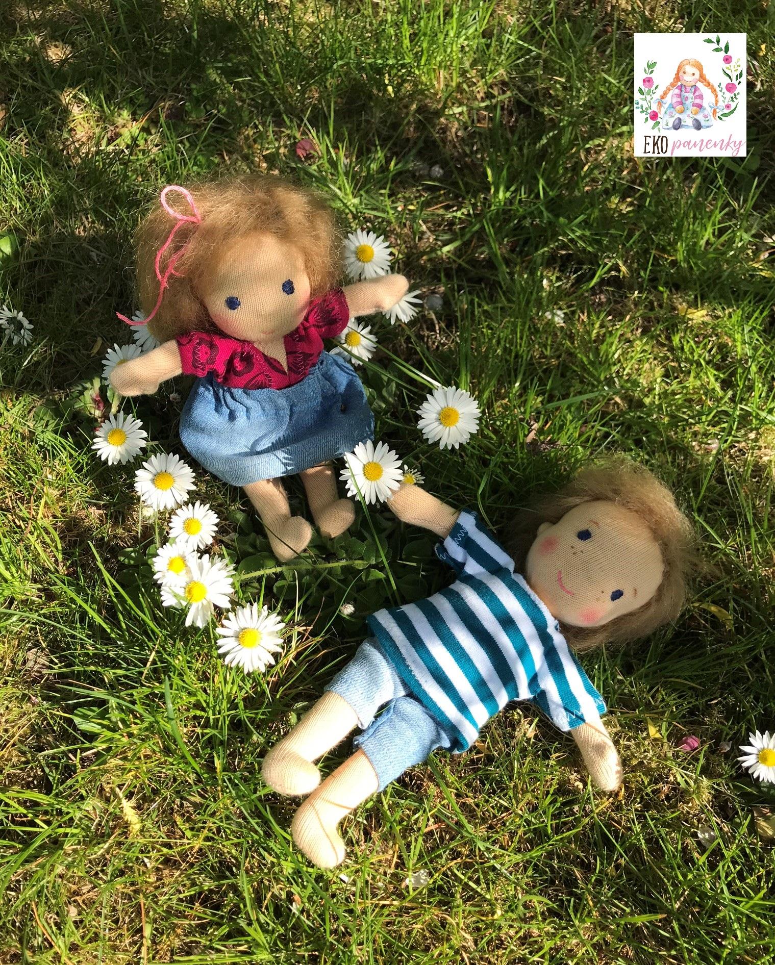 Sourozenci do kapsy leží v trávě, látková panenka, ekopanenky. panenky s duší